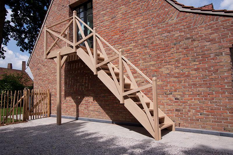 Houten trappen in gent schrijnwerkerij verhoeven for Trap buiten hout